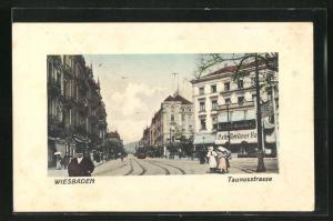 Passepartout-AK Wiesbaden, Taunusstrasse, Cafe Berliner Hof, Strassenbahn