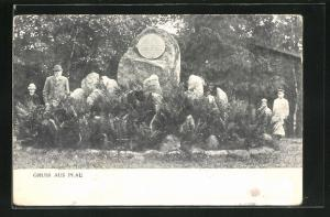 AK Plau i. M., Passanten am Kriegerdenkmal