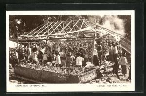 AK Indonesien, Bali, Cremation offering, Menschen vor Holzgestell mit Rauch
