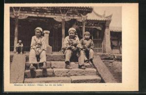 AK China, Jungs sitzen auf Treppe vor Haus, Mission de Scheut, Chine, La vie est belle