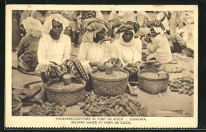 AK Indonesien, Sumatra, Frauen mit Körben auf dem Markt, Selling Maize at Fort de Kock
