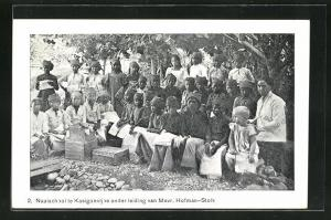 AK Indonesien, Gruppe von Kindern, Naaischool te Kasigoentjoe onder leiding van Mevr. Hofman-Stolk