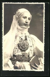 AK junge Frau aus Siebenbürgen in Tracht