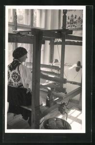 AK Frau aus Siebenbürgen in Tracht am Webstuhl