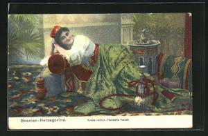 AK Bosnien-Herzegovina, Frau in türkischer Tracht raucht Wasserpfeife