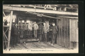 AK Montceau-les-Mines, Bergleute fahren in die Grube