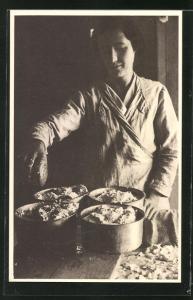 AK Roquefort, Französin bei der Herstellung des Käses