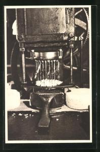 AK Roquefort, Cave carrière, atelier de piquage et brossage, Käseherstellung