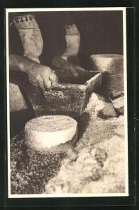 AK Roquefort, Salage, Käse wird gesalzen