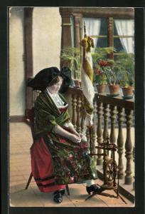 AK Elsässerin in Tracht sitzt am Spinnrad auf dem Balkon