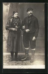 AK Thüringer Paar in Tracht auf dem Flur stehend