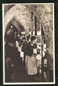 AK Roquefort, Cave carrière, Une allee, Frauen bei der Käseherstellung