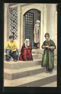 AK Constantinople, Mendiants devant la Mosquée Suleimanié, türkische Männer und Frau vor der Moschee