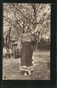 AK Schönes rumänisches Bauernmädchen unter blühenden Bäumen