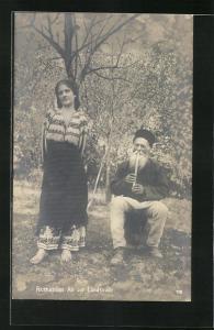 AK Schönes rumänisches Bauernmädchen lauscht dem Flötenspiel eines Alten