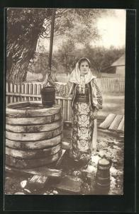 AK Schöne Rumänin am Brunnen