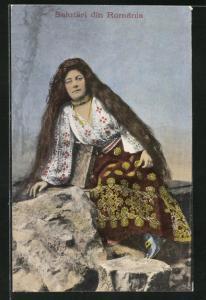 AK Hübsche Rumänin in Tracht mit langem offenen Haar