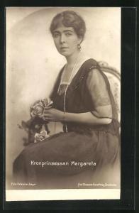 AK Kronprinsessan Margareta als elegant gekleidete Dame mit Rosen
