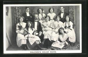 AK Varietékünstler Walford`s Welsh Maids, Gruppenbild in Hausmädchen- und Hausdienerkostümen
