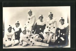 AK Sitzende Männergruppe in Harlekin-Kostümen