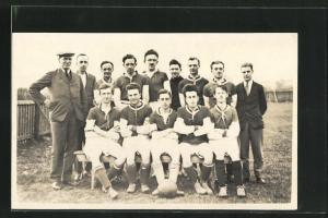 AK Fussballmannschaft mit Trainer und Ball, Gruppenbild