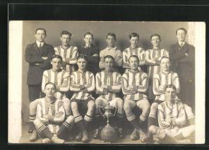 AK Gruppenbild einer Fussballmannschaft mit gewonnenem Pokal