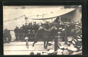 Foto-AK Matrosen und Offiziere beobachten einen Boxkampf auf dem Schiff