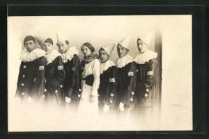 AK Männer in Harlekin-Kostümen rahmen eine Frau ein