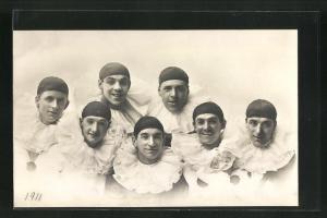 AK Männer posieren in Harlekin-Kostümen mit dunkler Kappe und weissem Rüschenkragen