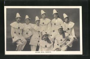AK Zirkusgruppe Catlin`s Royal Pierrots posiert in Harlekin-Kostümen