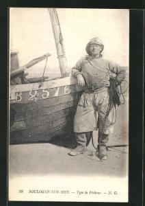 AK Boulogne-sur-Mer, Type de Pecheur, Fischer an sein Boot gelehnt