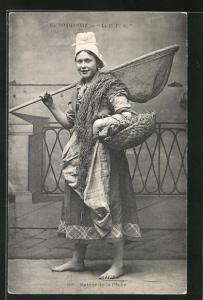 AK La Normandie, La C. P. A., Frau mit Kescher u. Korb