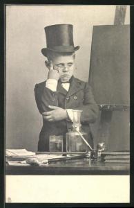 AK Junge mit Zylinder u. aufgestütztem Kopf am Pult vor der Tafel