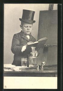 AK Junge mit Zylinder und Eintragebuch am Pult vor der Tafel