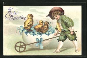 Präge-AK Junge mit Schubkarre aus einem Ei, Osterküken
