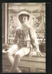 AK S. K. H. Prinz Albrecht von Bayern in hellem Anzug mit Spitze und kurzen Hosen auf Fensterbank