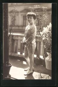 AK S. K. H. Prinz Albrecht von Bayern in hellem Anzug mit kurzen Hosen auf Balkon