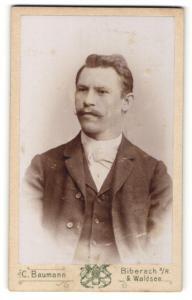 Fotografie C. Baumann, Biberach a / R. & Waldsee, Portrait bürgerlicher Herr mit Zwirbelbart u. Fliege im Anzug
