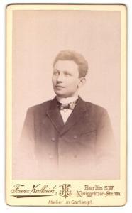 Fotografie Franz Kullrich, Berlin-SW, Portrait junger Herr mit Fliege im Anzug