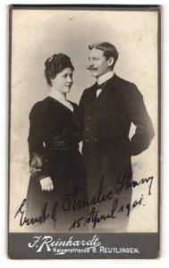 Fotografie J. Reinhardt, Reutlingen, Portrait bürgerliches Paar in eleganter Kleidung