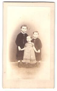 Fotografie unbekannter Fotograf und Ort, Portrait drei kleine Geschwister