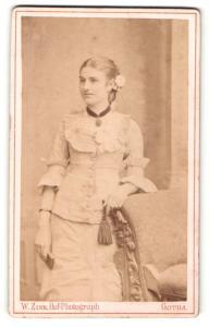Fotografie W. Zink, Gotha, Portrait junge Dame in Abendgarderobe