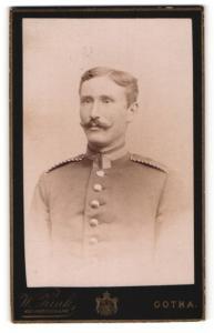 Fotografie W. Zink, Gotha, Portrait Unteroffizier in Uniform mit Schulterklappen mit Paspelierung