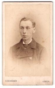 Fotografie H. Schröder, Lübeck, Portrait charmant blickender Mann im Jackett