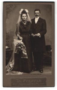Fotografie Th. Pfeiffer, Seidenberg o / L., Portrait bürgerliches Paar in hübscher Hochzeitskleidung mit Blumenstrauss