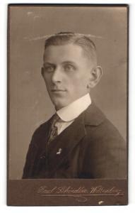Fotografie Paul Schindler, Wittenberg, Portrait junger Mann in Anzug mit Krawatte