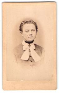 Fotografie G. David, Bückeburg, Portrait dunkelhaariges Fräulein mit zurückgebundenem Haar