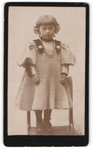 Fotografie Rud. Günther, Magdeburg, Portrait bezauberndes kleines Mädchen im Strickkleid mit Trägern