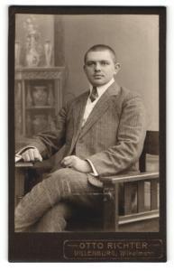 Fotografie Otto Richter, Dillenburg, Portrait junger charmant blickender Mann im grauen Anzug