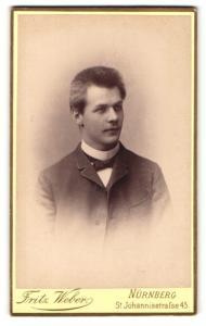 Fotografie Fritz Weber, Nürnberg, Portrait junger Mann mit Fliege im Jackett